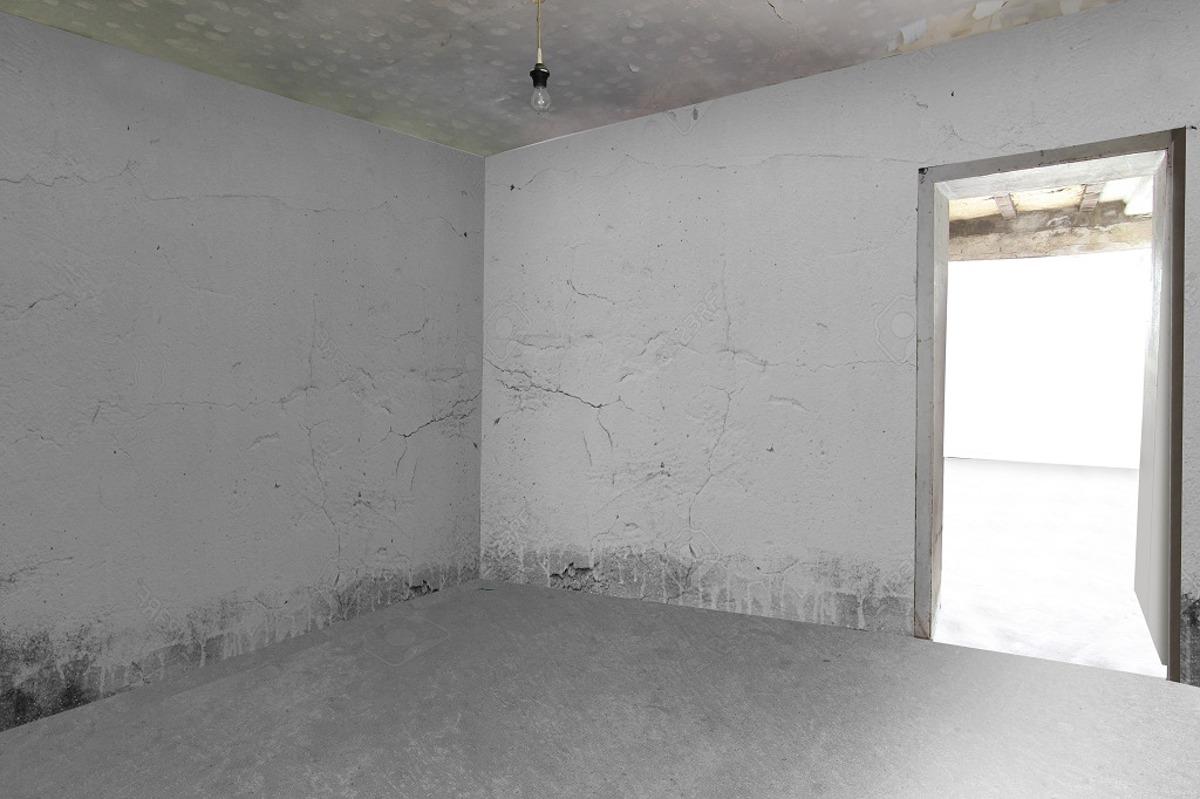 EG Wohnung 2: Wohnzimmer (sanierungsbedürftig)