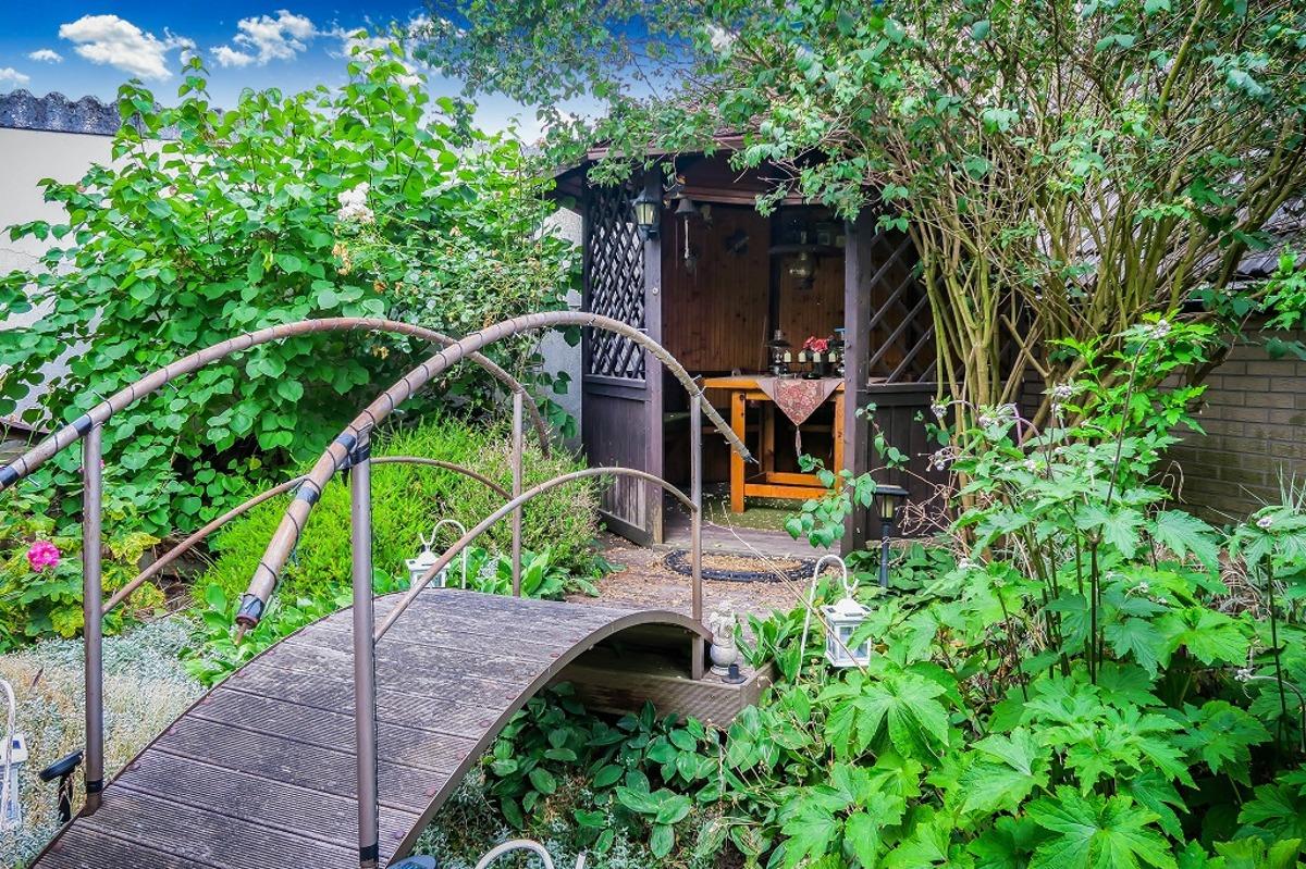 Holz-Pavillon im hinteren Gartenbereich