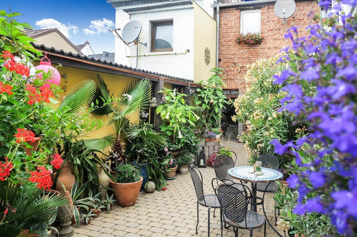 Gartenbereich mit Sitzgelegenheit
