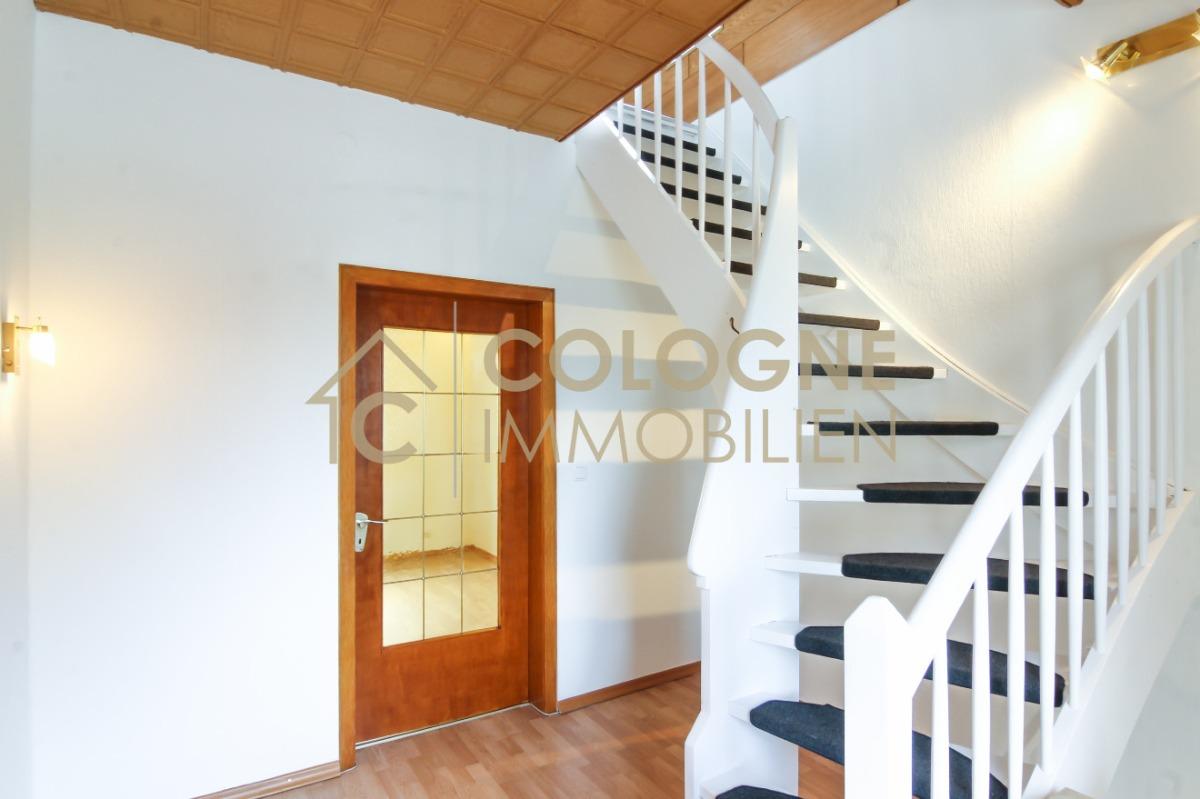 Flurbereich Obergeschoss mit Treppenaufgang zum Dachgeschoss