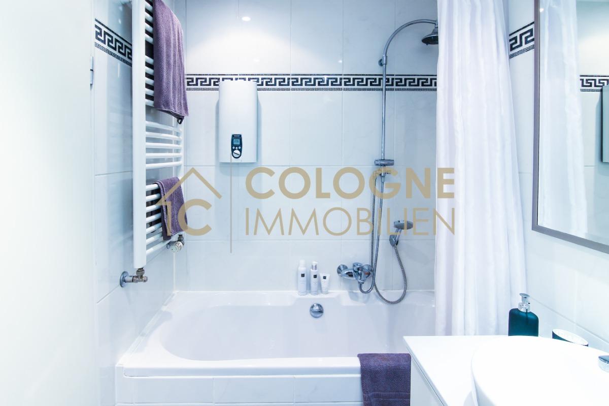 Badezimmer inkl. einer Badewanne mit Duschfunktion