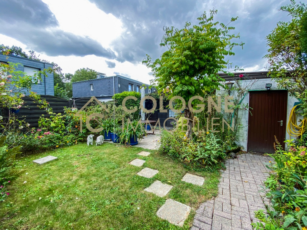 Gartenbereich mit dem Zugang zum Gartenhaus und der Garage