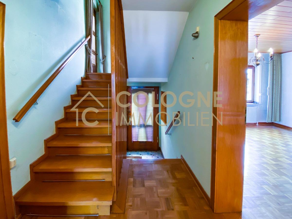 Flur im Erdgeschoss und Treppenaufgang zum Obergeschoss