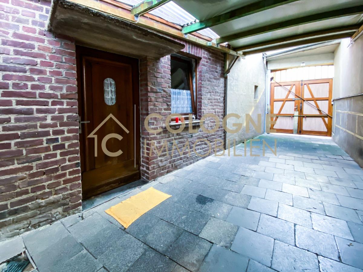 Überdachte Hofeinfahrt mit weiteren sanierungsbedürftigen Haus