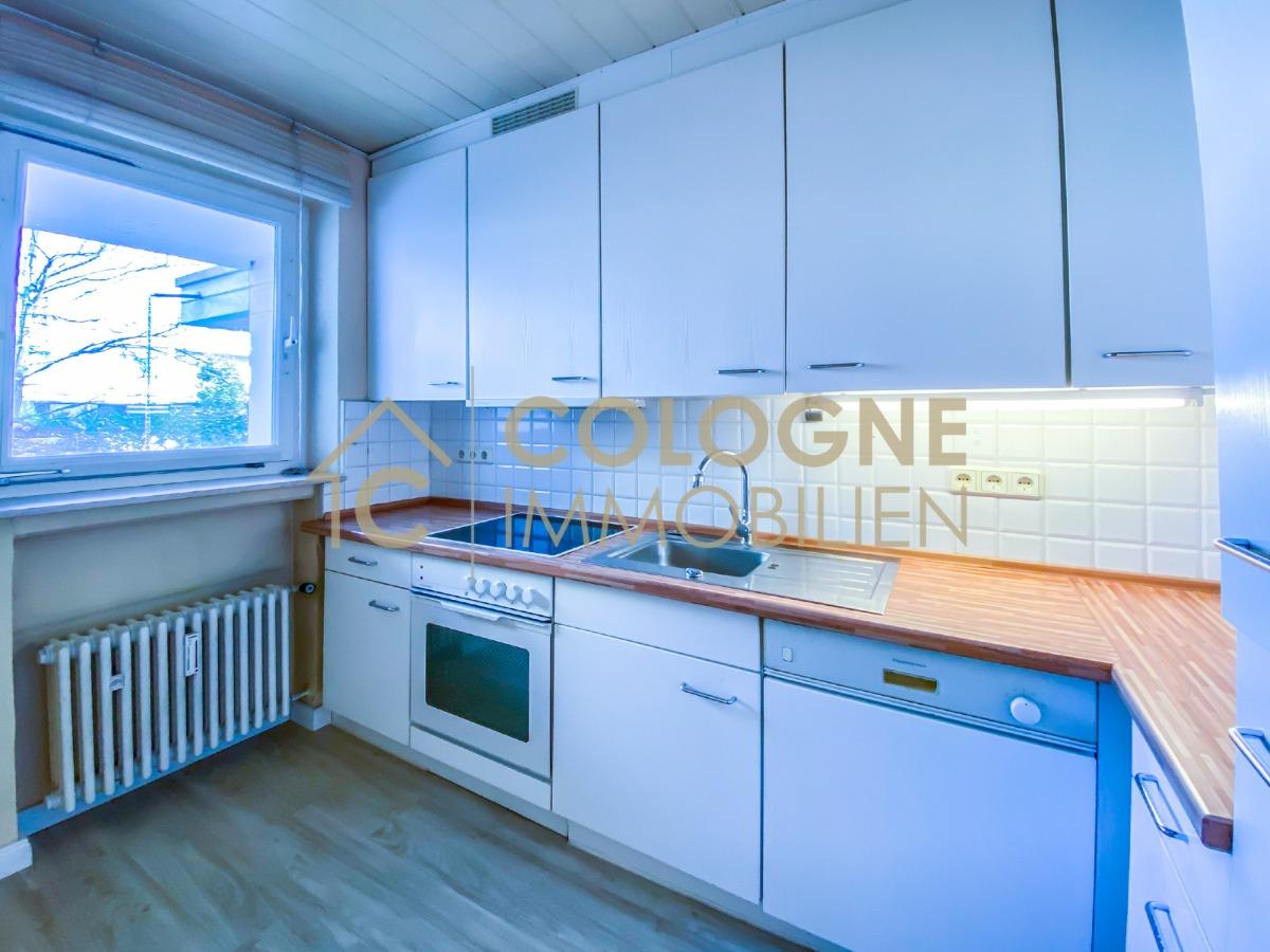 Küche mit einer Einbauküche (Gegenseite)