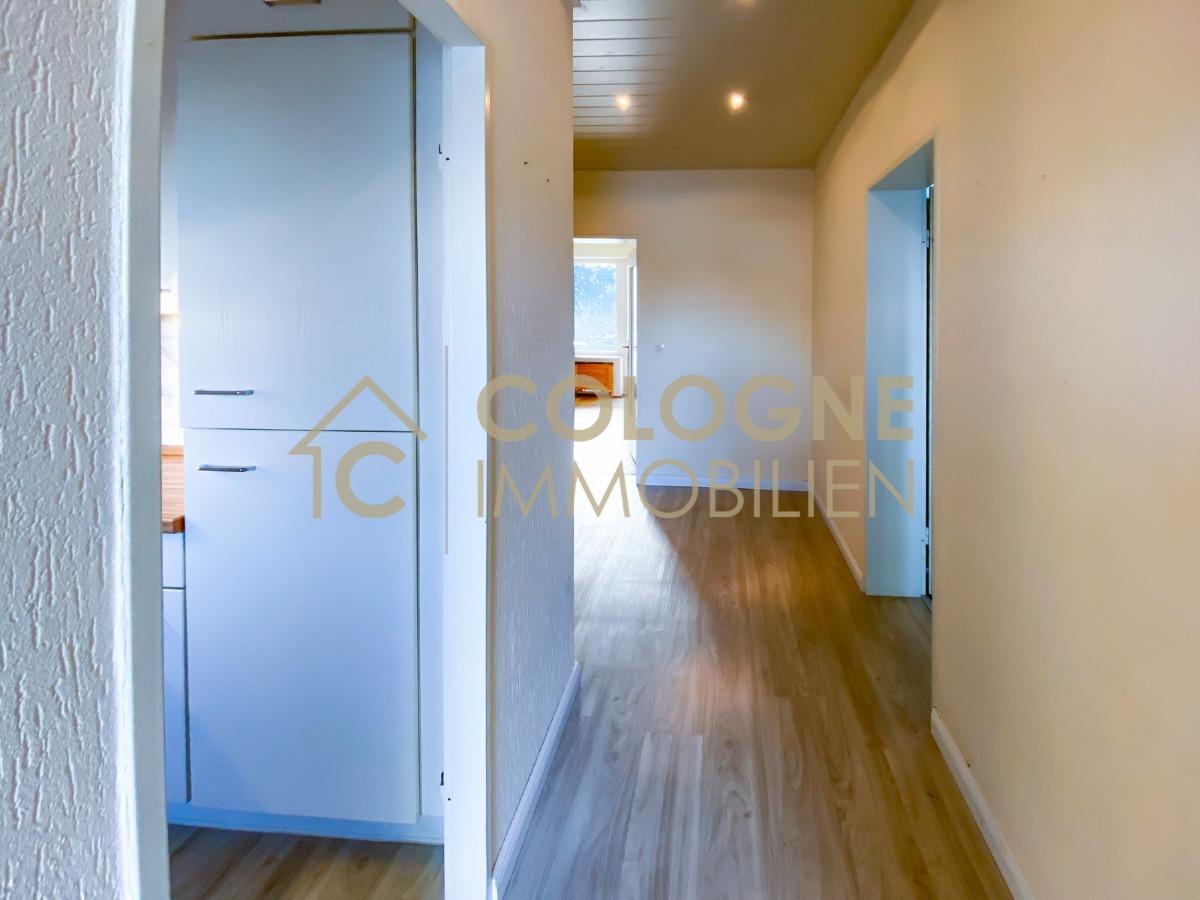Eingangsflur mit links der Küche und rechts dem Schlafzimmer