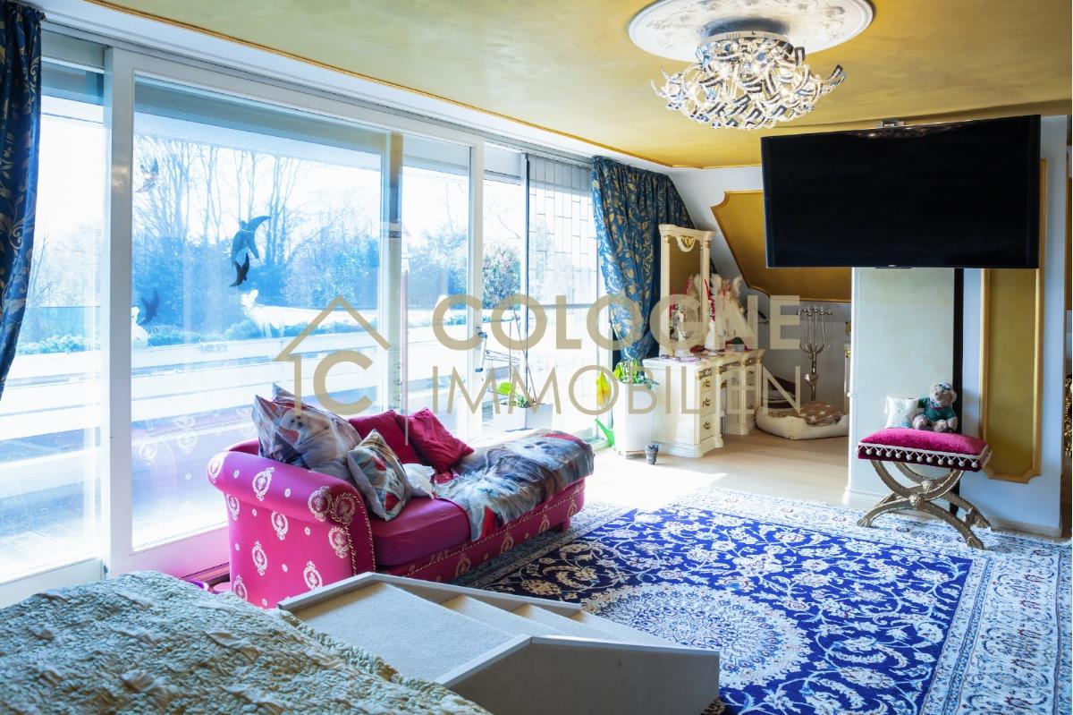 Hauptschlafzimmer mit Panoramaschiebefenstern und Balkon