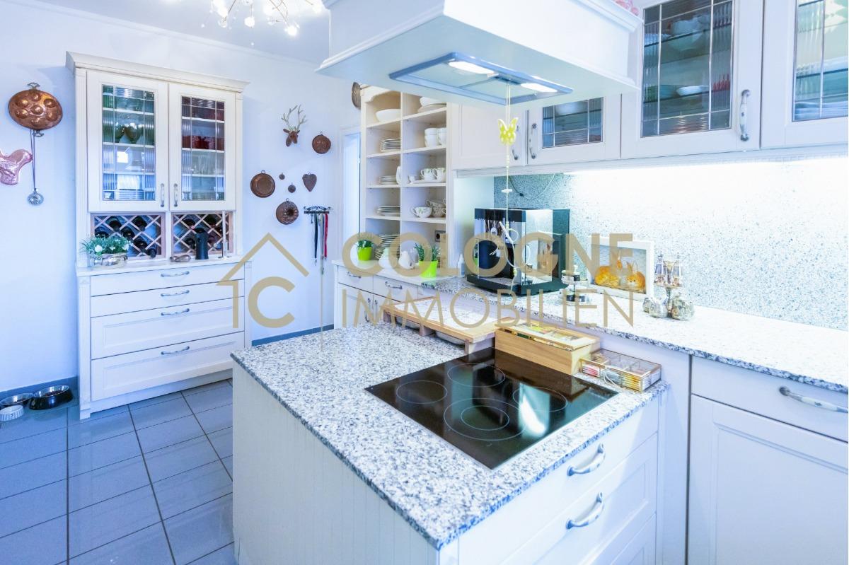 Küchenbereich im EG mit einer Kücheninsel