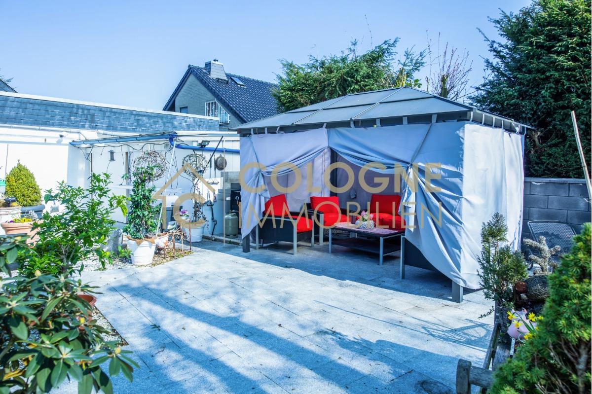 Überdachter Pavillon mit Sitzgelegenheit und Grill