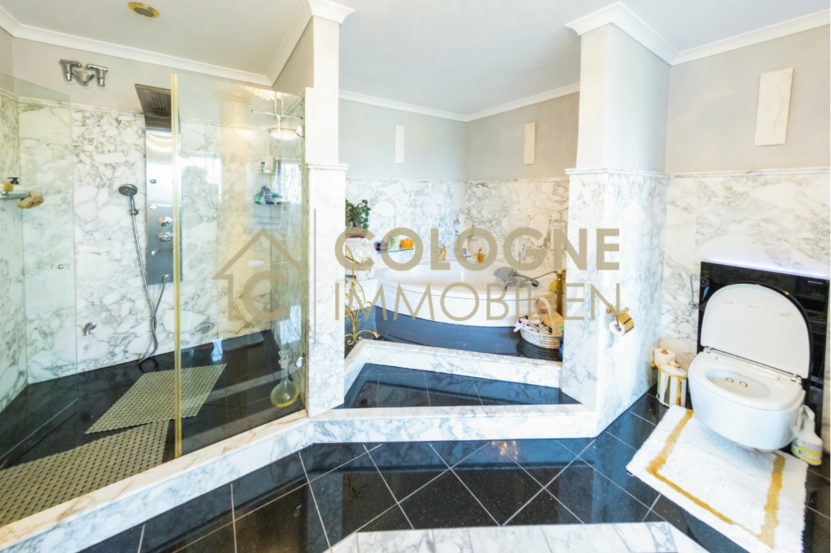 Privater Masterbad mit großer Dusche und einer Wellness-Badewanne