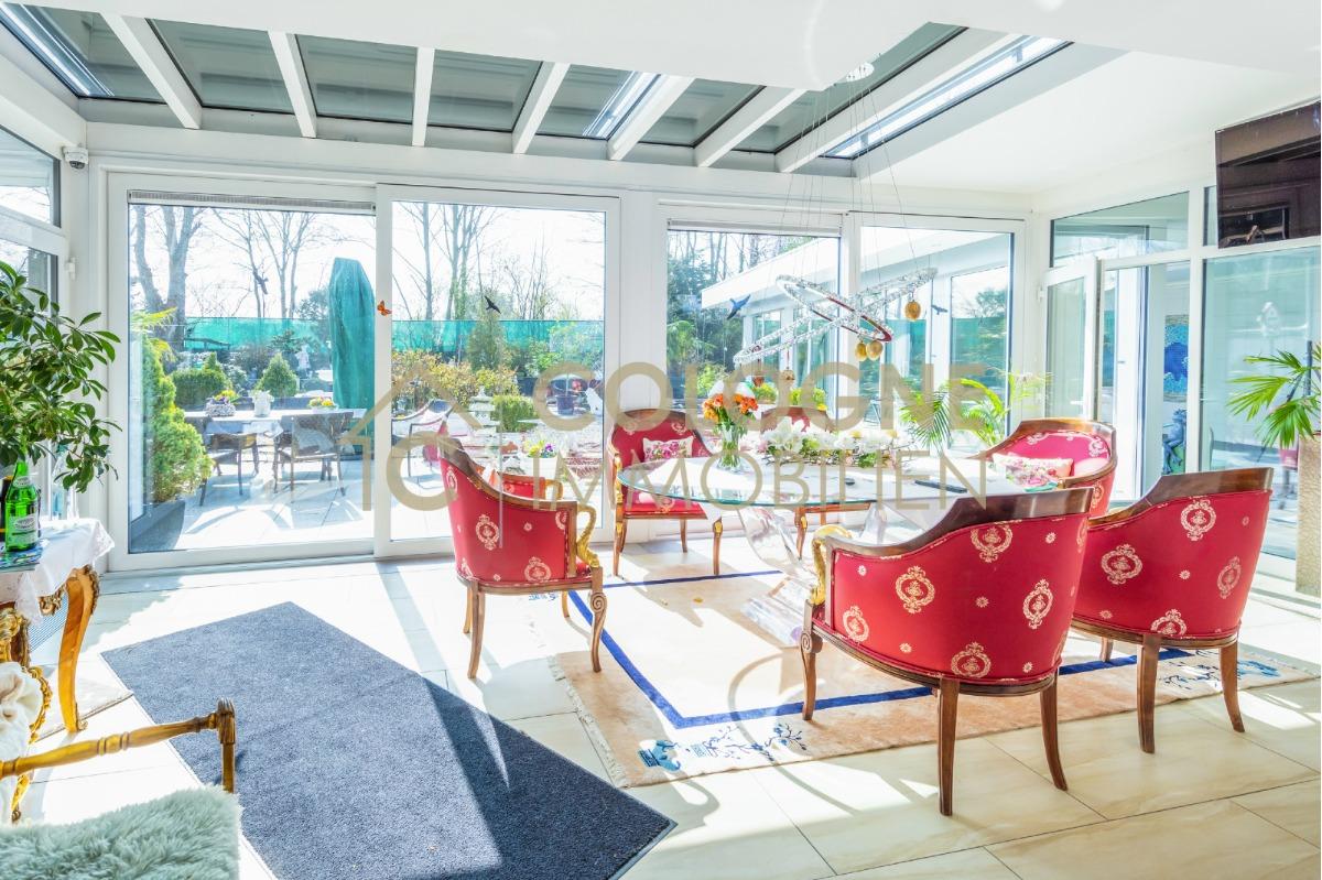 Wintergarten mit Anbindung zum Gartenbereich und dem Indoor-Pool