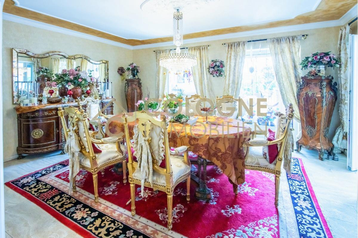 Esszimmer mit Anbindung zum Wohnzimmer und dem Wintergaten