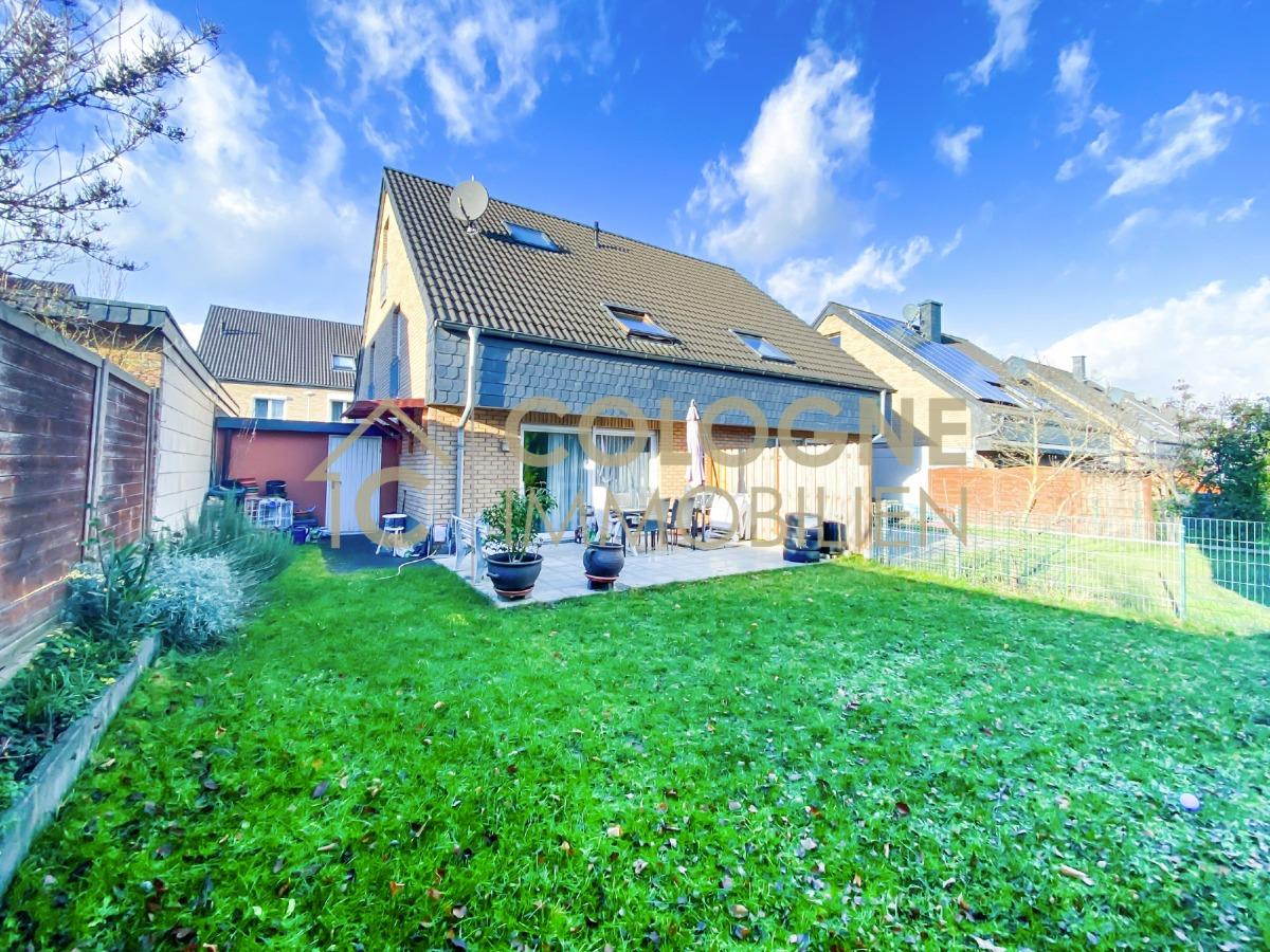 Rückansicht des Hauses mit Terrasse und Garagenzugang