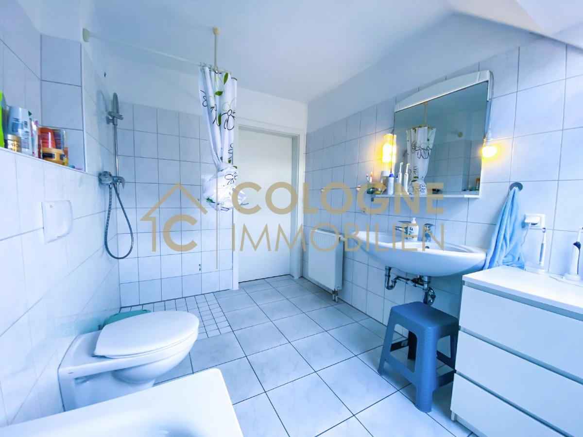 DG: Badezimmer mit Badewanne und ebenerdiger Dusche