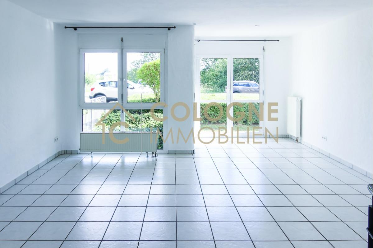 Wohnzimmer mit großer lichtdurchfluteter Fensterfront