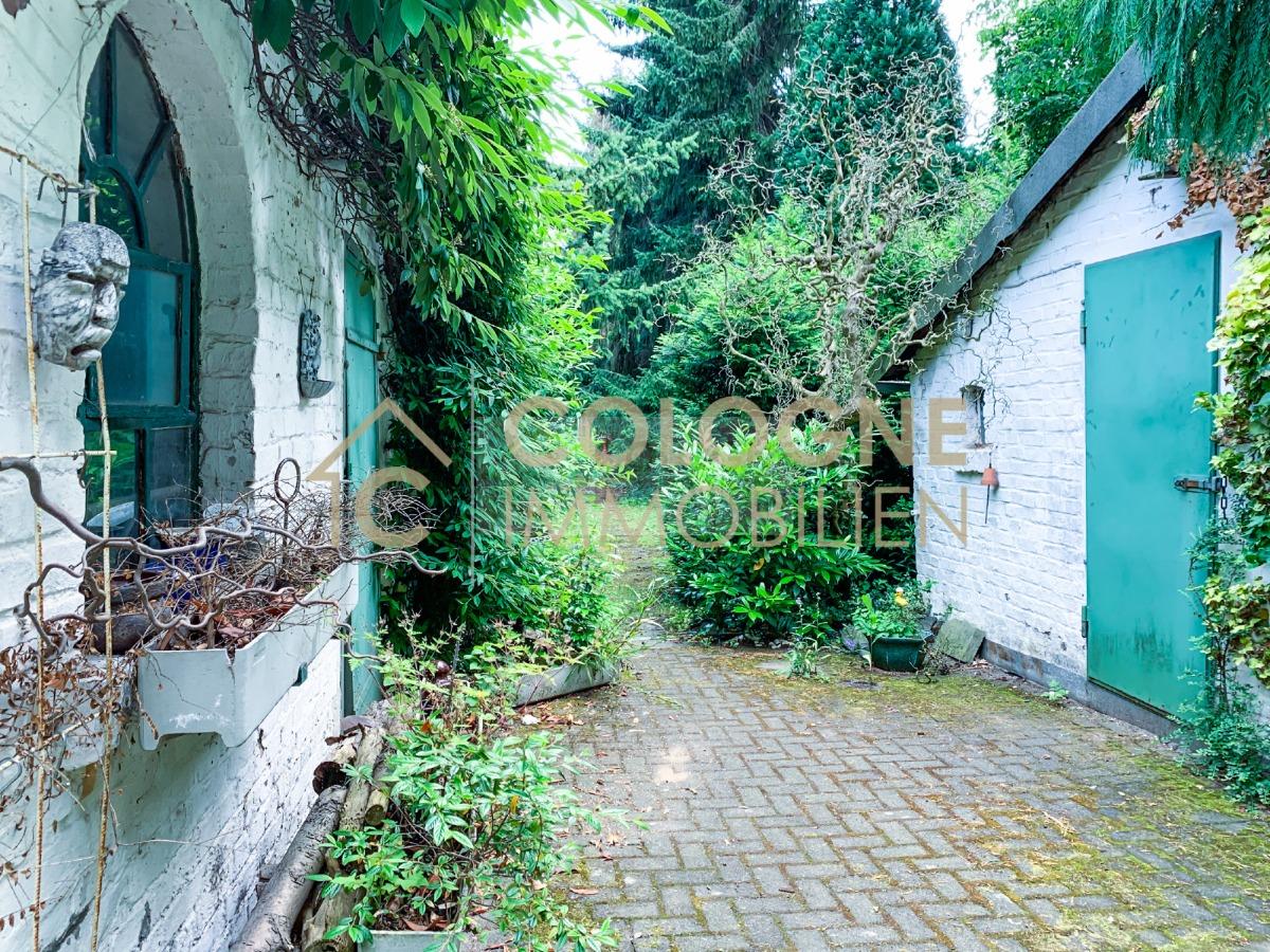 Weg zum ca. 50 m langen Garten