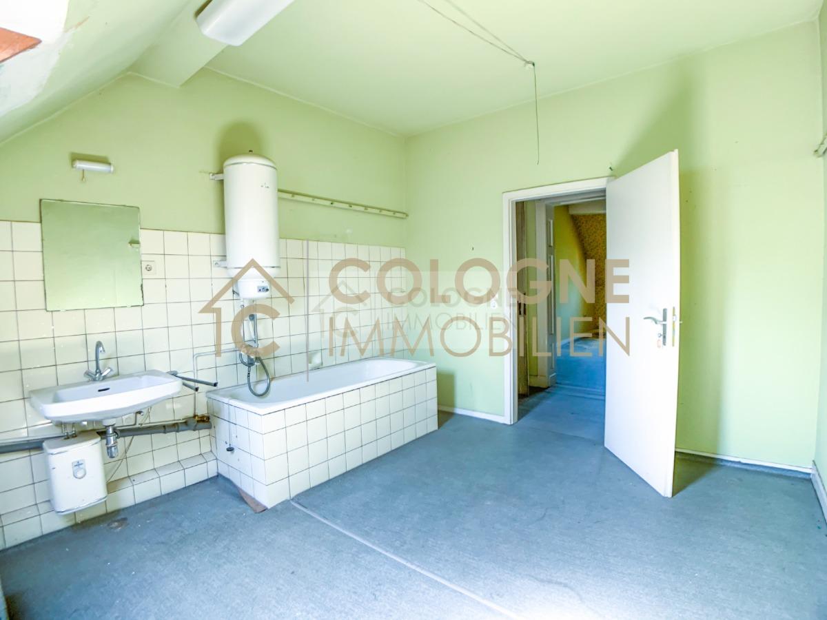 DG: Großes Badezimmer (sanierungsbedürftig)