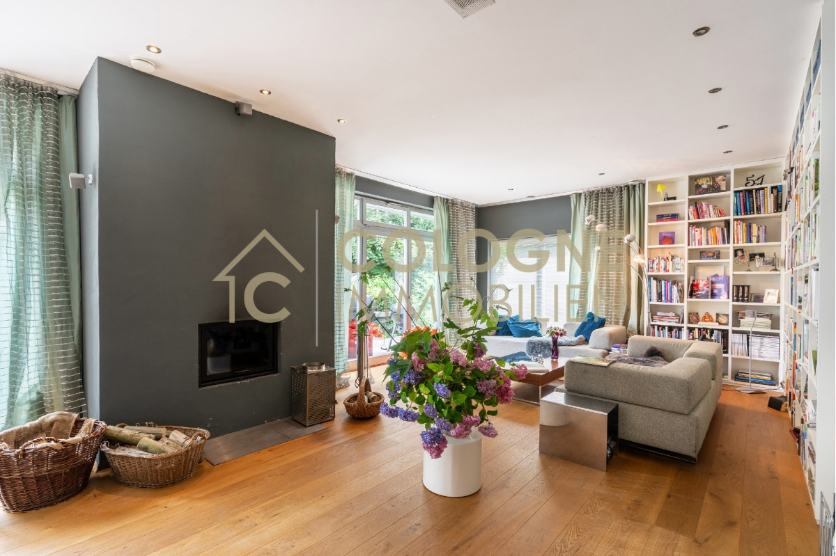 EG rechts: Wohnzimmer mit Kamin und Terrassenblick