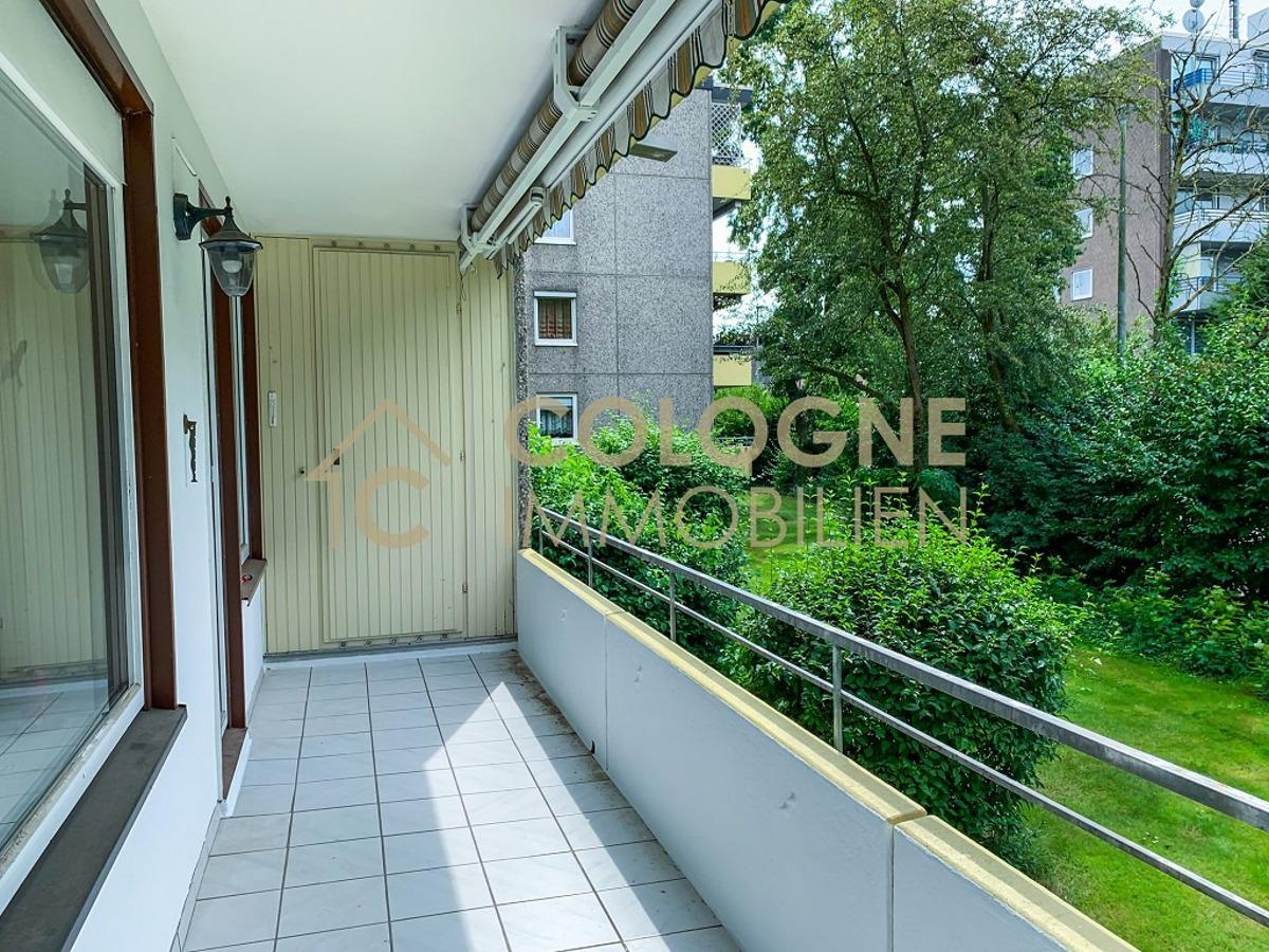 Balkon mit Gartenblick und Nutzschrank