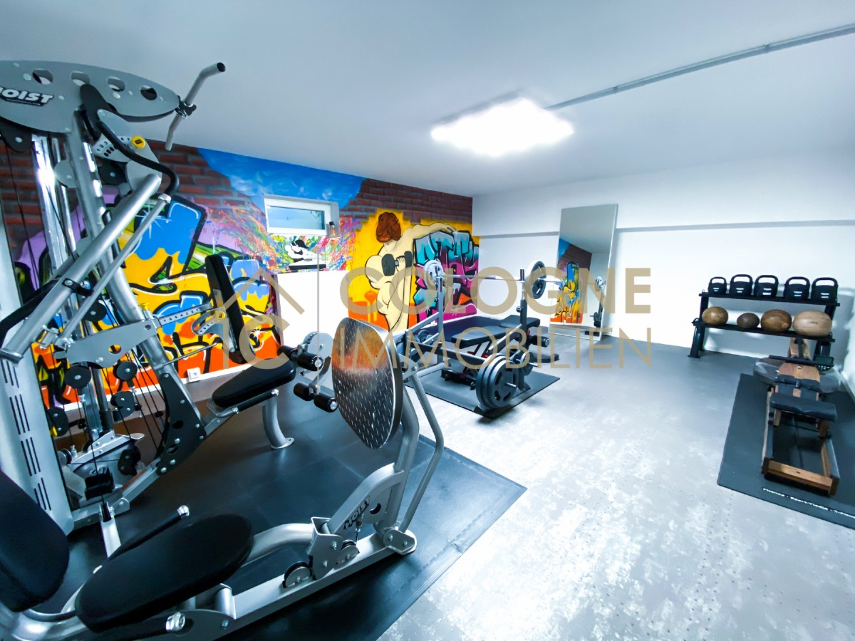 Eingerichtetes Fitnessstudio im Untergeschoss