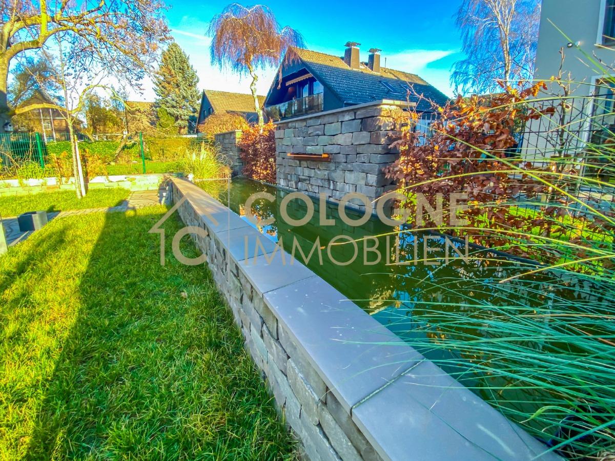 Terrasse mit Gartenbereich und Wasserfall