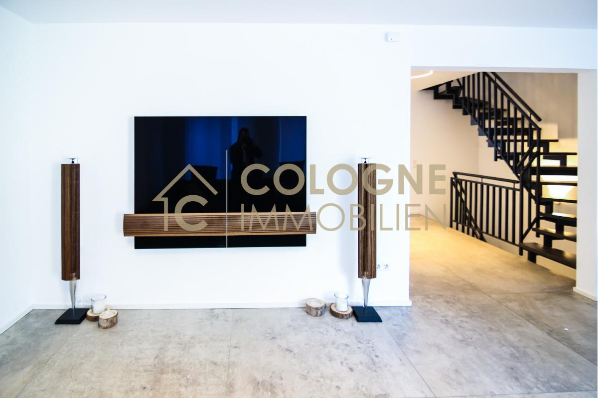 Hochwertiger Fernseher mit Soundanlage