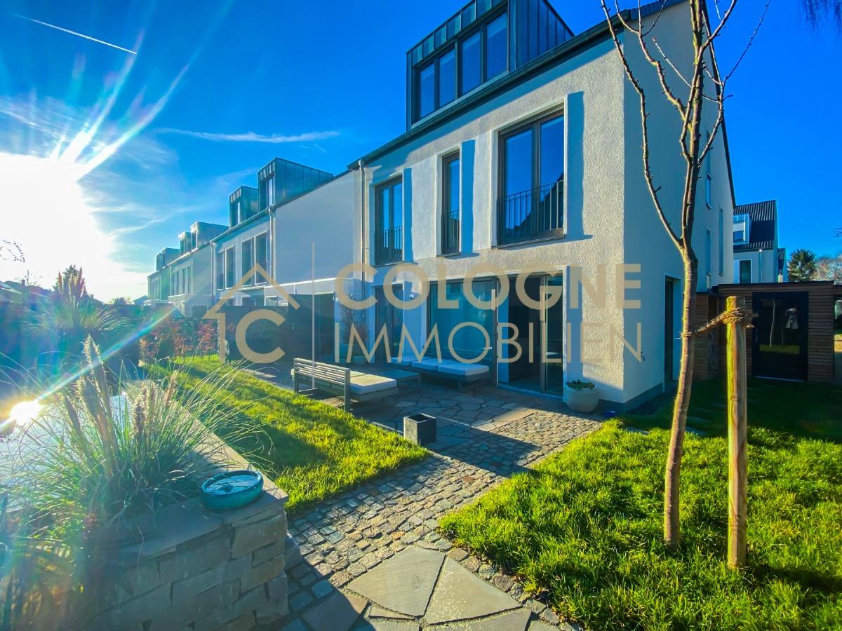 Terrasse mit Seiteneingang und Abstellraum